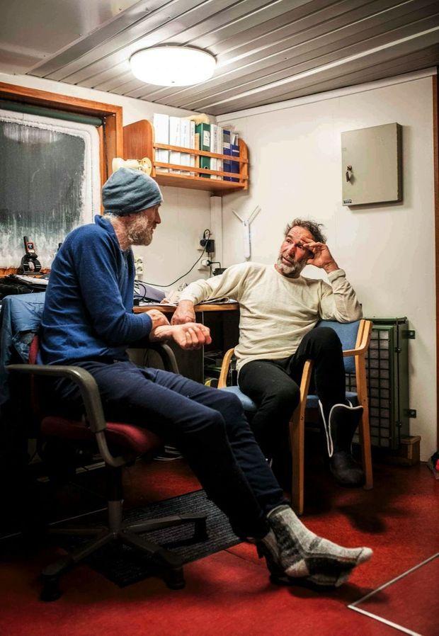 Borge Ousland et Mike Horn (à dr.) après leur sauvetage, à bord du brise-glace « Lance ».