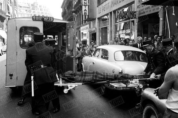 Le corps de Boris Vian est emporté par les secours. L'auteur est mort d'un arrêt cardiaque lors de la projection du film « J'irai cracher sur vos tombes » au cinéma Marbeuf à Paris, le 23 juin 1959.