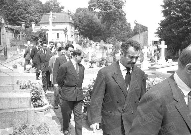 L'enterrement de Boris Vian au cimetière de Ville d'Avray, le 26 juin 1959. Au premier plan, Georges Brassens.