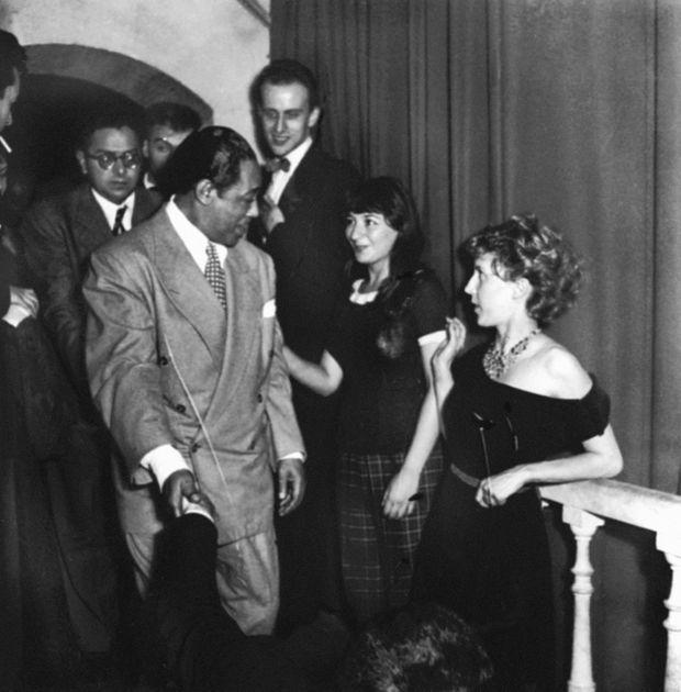 Boris Vian félicite Duke Ellington après son concert au Club Saint-Germain-des-Prés, avec Juliette Gréco and Anne-Marie Cazalis, en juillet 1948.