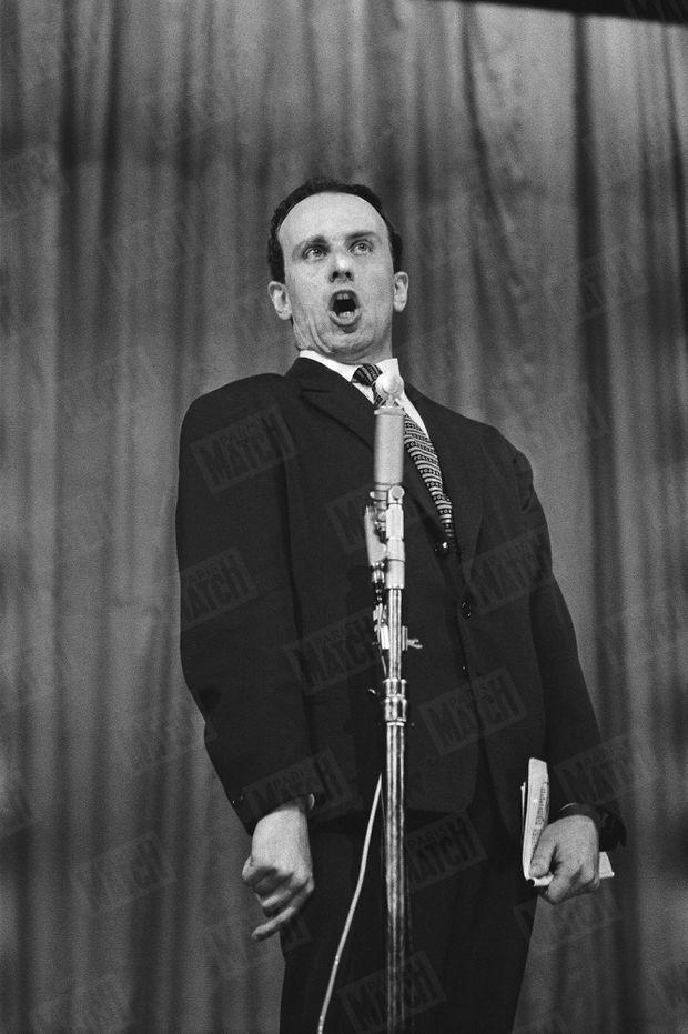 """Boris Vian, lors de la première """"Nuit de la poésie"""", dans le cadre du Festival de Paris au Théâtre Sarah Bernhardt, en juin 1956."""