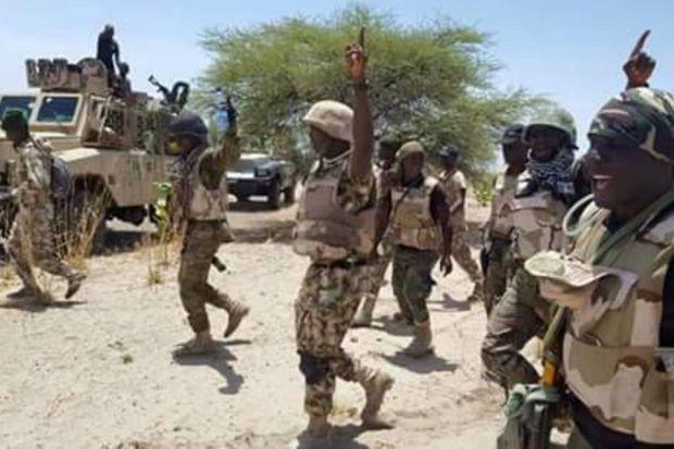 Des militaires nigériens marchent pour redonner le moral aux troupes après l'assaut contre Bosso le 4 juin 2016