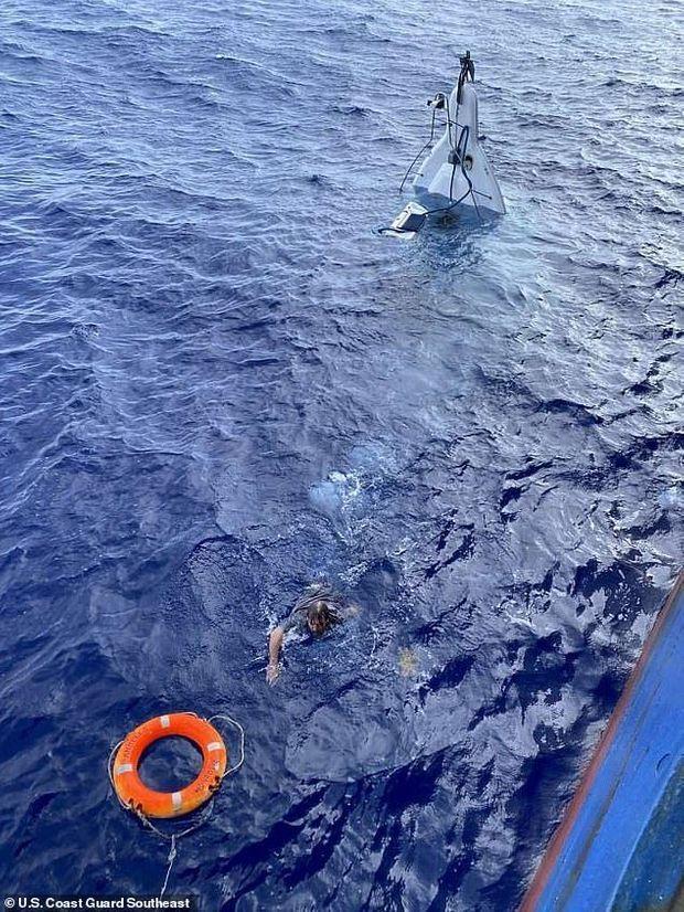 Après deux jours d'enfers, le robuste sexagénaire est encore capable de nager vers la bouée que lui a lancé l'équipage.