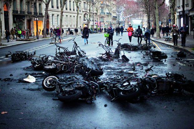 Boulevard Saint-Germain, des scooters, vélos et trottinettes ont été incendié