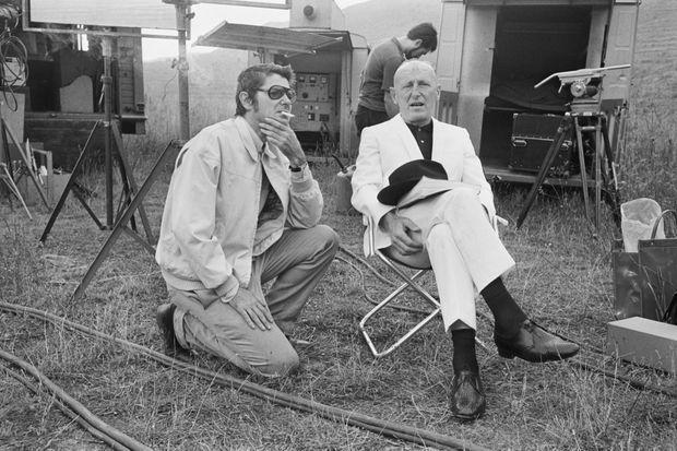 """Bourvil et Jean-Pierre Mocky en septembre 1969, sur le tournage du film """"L'étalon"""". Le réalisateur a donné un crâne rasé à son personnage, afin de dissimuler un des effets secondaires de la chimiothérapie, la perte des cheveux."""