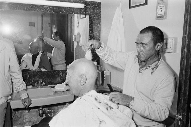 """Bourvil en septembre 1969, sur le tournage du film """"L'étalon"""" de Jean-Pierre Mocky. Le réalisateur a donné un crâne rasé à son personnage, afin de dissimuler un des effets secondaires de la chimiothérapie, la perte des cheveux."""