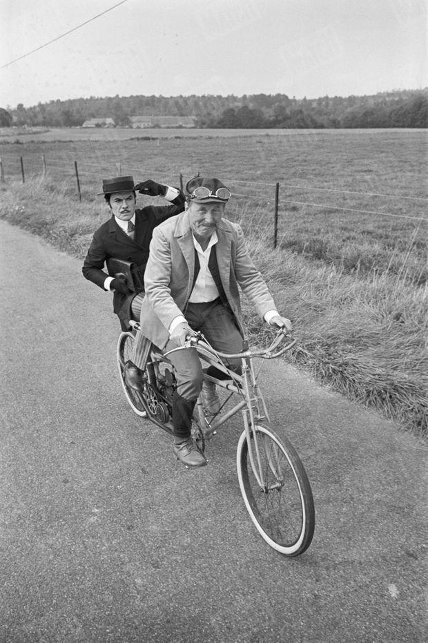 """Bourvil, ici en compagnie de Robert Hirsch, sur le tournage du film """"Les Cracks"""" de Alex Joffe, en septembre 1967. Des examens médicaux, suite à un accident de vélo lors du tournage, vont révéler son cancer."""