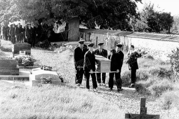 Les obsèques de Bourvil dans le cimetière de Montainville, le 25 septembre 1970.