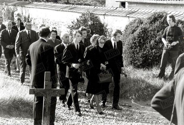 Les obsèques de Bourvil dans le cimetière de Montainville, le 25 septembre 1970. Ici, son épouse Jeanne entourée de leurs deux fils Dominique et Philippe.