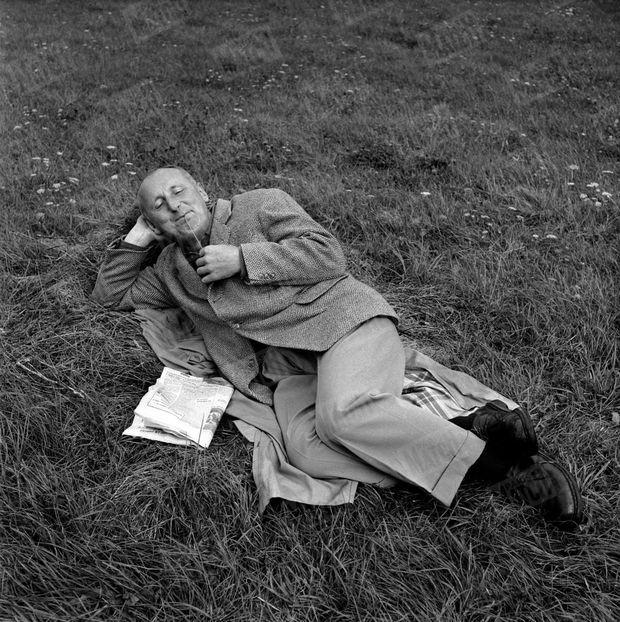 """Bourvil à Contrexéville où il fait une cure préventive contre les maux de reins, en septembre 1956. Le comédien reçoit la visite de Paris Match après avoir obtenu le grand prix d'interprétation masculine (la coupe Volpi) à la Mostra de Venise 1956 pour son rôle dans le film """"La Traversée de Paris""""."""