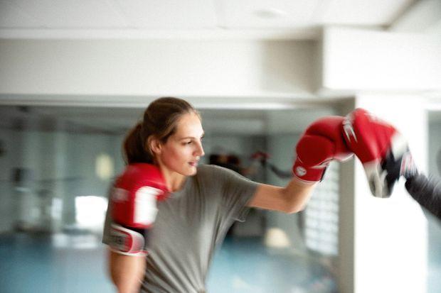 Elle pratique la boxe trois fois par semaine avec un coach