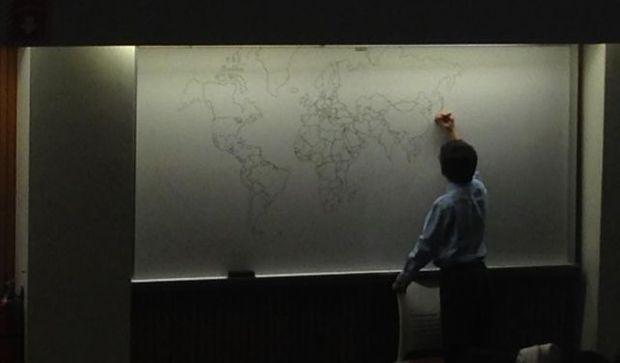 Le jeune autiste de 11 ans qui dessine le planisphere du monde de mémoire.