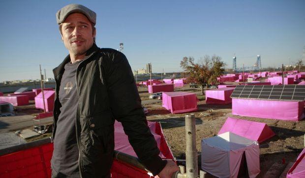 Brad Pitt devant les tentes roses de la Nouvelle-Orléans-