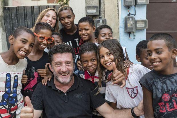 Christophe Simon au milieu de ses élèves : en six mois, ils ont pris 10 000 clichés du « bom de bola », le beau jeu.