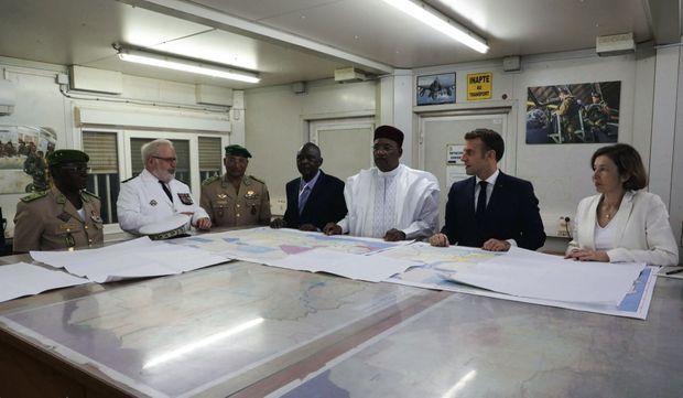 Briefing des deux chefs d'Etat au camp de Barkhane, à Niamey, aux côtés de l'amiral Bernard Rogel (à g. en blanc), chef d'état-major particulier d'Emmanuel Macron, et de Florence Parly, ministre des Armées.