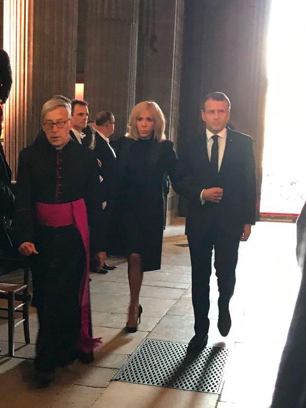 Brigitte et Emmanuel Macron à l'intérieur de l'église Saint-Sulpice, lundi.