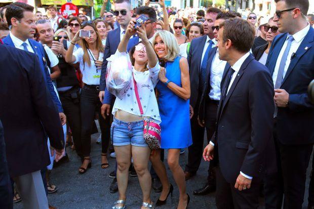 Séance selfies dans le centre d'Athènes, le 8 septembre 2017, pour Brigitte Macron.