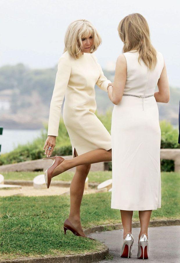 Brigitte Macron et Melania Trump sur l'esplanade du phare, le 24 août.