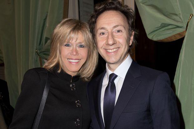 Brigitte Macron et l'animateur à la remise du prix Institut de France Fondation Stéphane Bern pour l'histoire et le patrimoine à Paris le 5 janvier 2017.