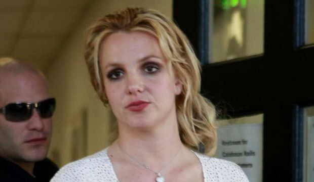 Britney Spears sortant d'un salon de manucure (sale tête) le 12/01/11-