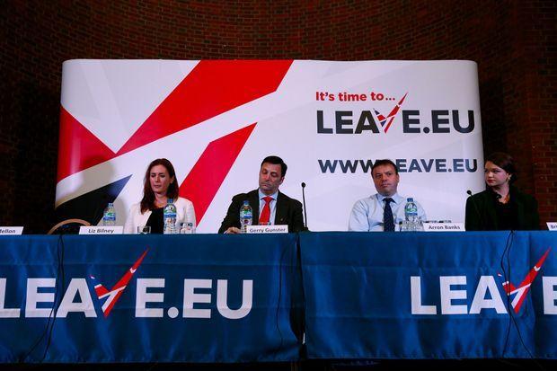 Brittany Kaiser (à dr.) le 18 novembre 2015 lors d'une conférence de presse de Leave.eu, une organisation pro-Brexit.