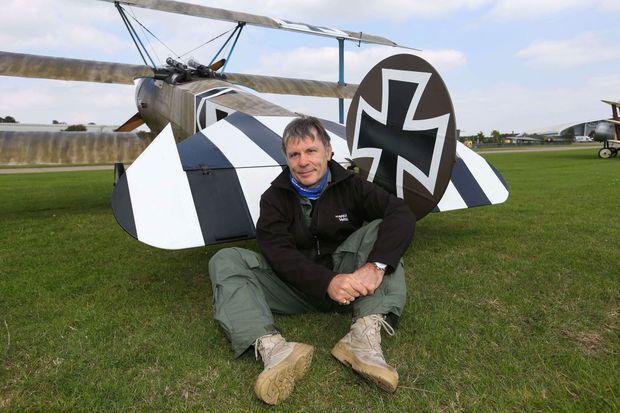 """Bruce Dickinson en septembre 2014 avec son Fokker Dr.1, célèbre avion de chasse de la Première Guerre mondiale connu à travers les exploits du """"Baron Rouge"""", un as allemand."""