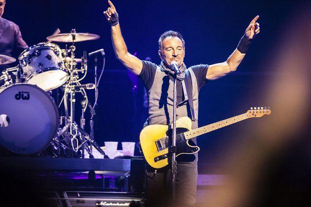 Bruce Springsteen sur la scène de la Paris Accorhotel Arena, lundi soir.