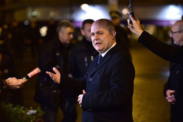Le ministre de l'Intérieur, Bruno Le Roux, devant l'Hyper Cacher, lundi.