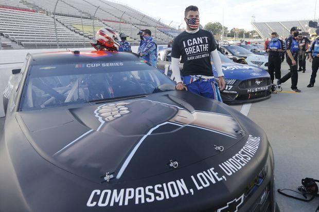 Bubba Wallace et sa voiture qui porte les mots : «Compassion, amour, compréhension». Le pilote lui-même porte un tshirt «I can't breathe».