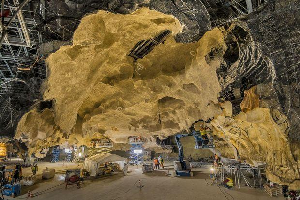 Le chantier de la grotte reconstituée. Recouverte d'une couche de béton artistique, cete cage métallique est la réplique exacte, au millimètre près, de la cavité.