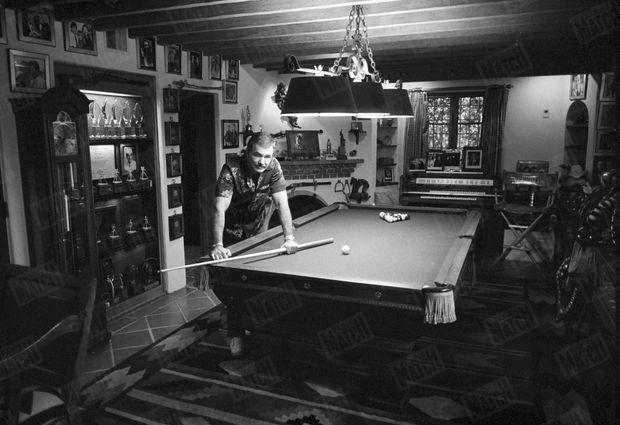 En octobre 1987, Burt Reynolds pose pour le photographe de Paris Match Benoît Gysembergh, au milieu de ses souvenirs, dans sa maison de Los Angeles.
