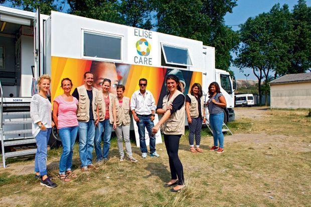 A Calais, devant le bus d'EliseCare. Avec Elise, l'équipe au complet : les acupunctures et kiné/ostéo bénévoles, les interprètes et le coordinateur de terrain.