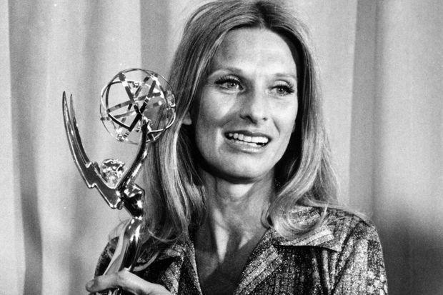 """Cloris Leachman en 1975 avec un Emmy Award pour son rôle dans """"A brand new life""""."""
