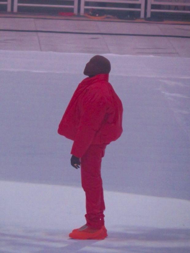 Cagoulé, au Mercedes-Benz Stadium d'Atlanta. Le rappeur interprète, très ému, « Love Unconditionally » qui évoque la mort de Donda, sa mère, mais aussi la perte de son couple.