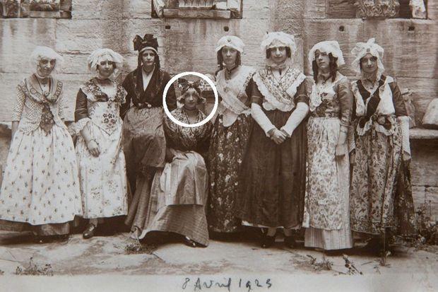 Yvonne, la fi lle de Jeanne, en tenue d'Arlésienne lors d'une fête traditionnelle en 1925. Elle a 27 ans.