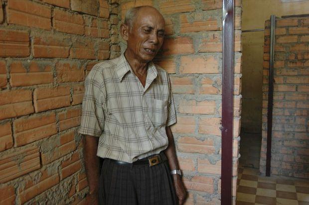Chum Mey, alors 74 ans, visitant en février 2005, l'ancien cachot où il a été torturé dans l'ex-école de Tuol Sleng, l'ancien camp de détentionS21, à Phnom Penh.