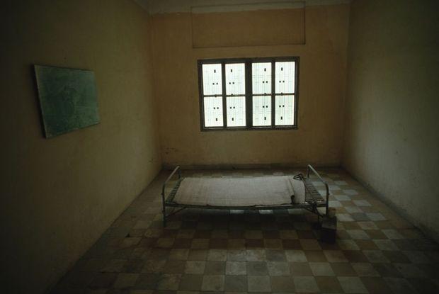 Une salle de torture dans l'ancienne prison S-21, à Phnom Penh. La bâtisse abrite aujourd'hui le Musée du génocide Tuol Sleng.