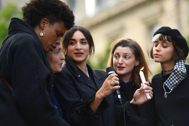 Camelia Jordana (c), Pomme (dr.) Sandra Nkake (g.) et Jeanne Added (2e à g.) mardi soir à Paris lors de la manifestation en hommage à George Floyd.