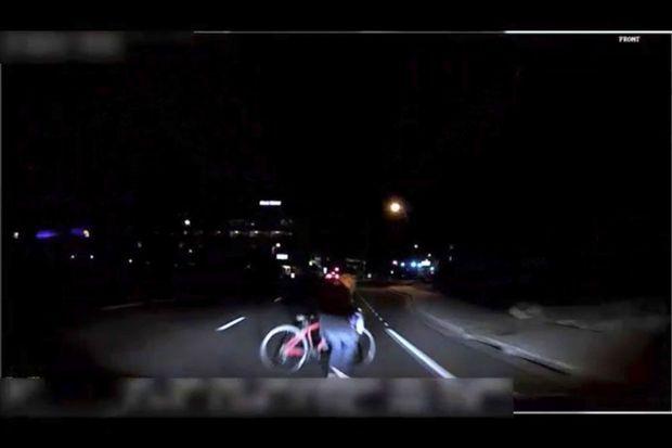 Une image captée par la caméra embarquée de la voiture autonome Uber qui a tué Elaine Herzberg, le 18 mars 2018 à Tempe dans l'Arizona, juste avant l'impact.