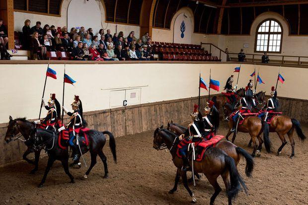 Camilla assiste à la démonstration de la Cavalerie de la Garde républicaine.