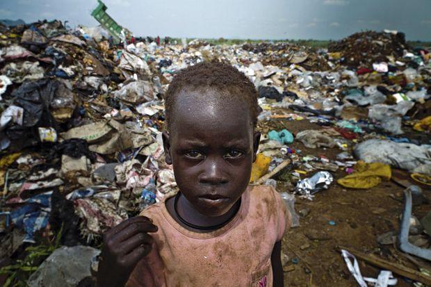 Une petite fille cherche de la nourriture. Djouba, Soudan du Sud, 1er août 2012.