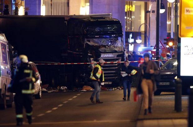 Le camion qui a foncé sur le marché de Noël, à Berlin, lundi soir.