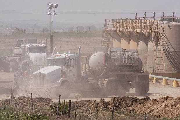 Le gisement de Niobrara, dans le nord-est du Colorado, en mai 2012. Comme tout puits exploité par fracturation hydraulique, il nécessite d'énormes quantités d'eau, convoyées par un incessant ballet de semi-remorques.