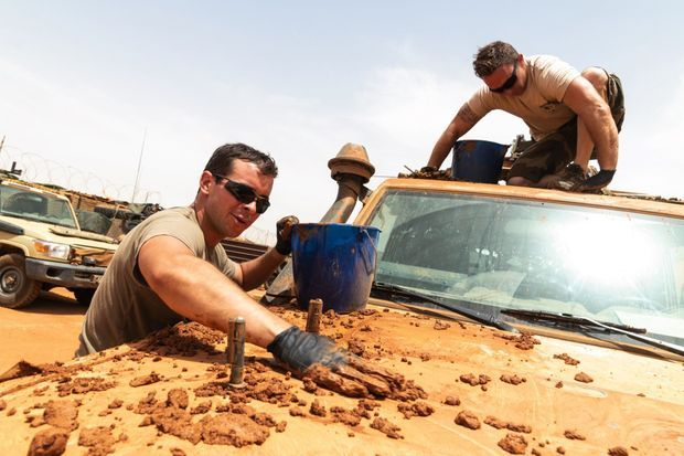 Camouflage « maison » d'un Land Cruiser Toyota. A l'aide de glaise et de boue, on atténue l'éclat du soleil sur la carrosserie