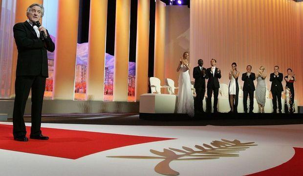 Le président du jury, Robert de Niro, est ovationné par les jurés lors de la cérémonie d'ouverture du 64ème Festival de Cannes.