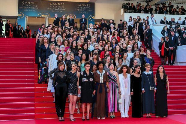 Montée des marches du film « Les filles du soleil », d'Eva Husson : 82 femmes pour évoquer les 82 films de réalisatrices qui ont concouru depuis la création du Festival… contre 1 688 du côté des hommes.