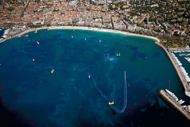 Le parcours dans la baie de Cannes a séduit près de 100 000 spectateurs. Les pylônes gonflés d'air atteignent 25 mètres et dessinent un circuit de 6 kilomètres.