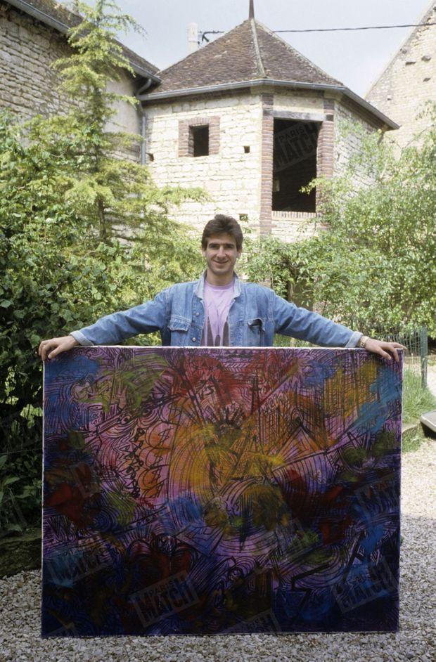 """""""Parce qu'il se refuse à n'être qu'une 'machine à jouer', Cantona, après la psychanalyse, s'est mis à la peinture. Les 'Ultras' de l'O.M. n'apprécient pas beaucoup."""" - Paris Match n°2073, 16 février 1989."""