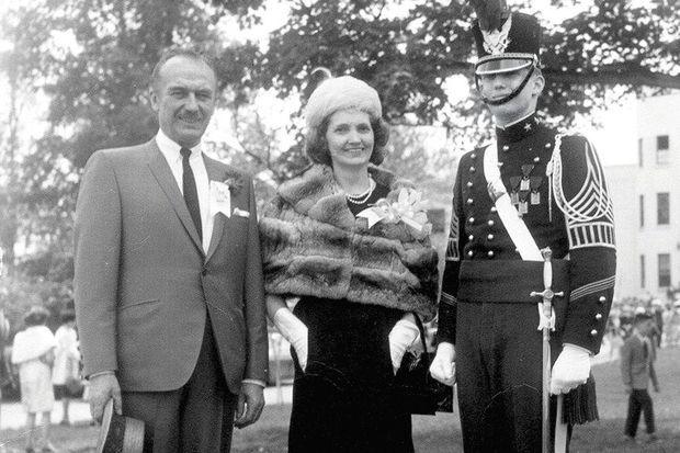 Capitaine des cadets de la New York Military Academy… Donald Trump y a été envoyé à 13 ans. Lui, à sa sortie à 17 ans, en 1964, avec ses parents.