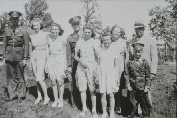 Dernière photo de la famille Hoback au complet. De g. à dr., Raymond, Mabel, Elsie, Bedford, Rachel, Lucille, Cecil et leurs parents, Marie et John.